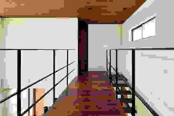 2階廊下 H建築スタジオ モダンスタイルの 玄関&廊下&階段