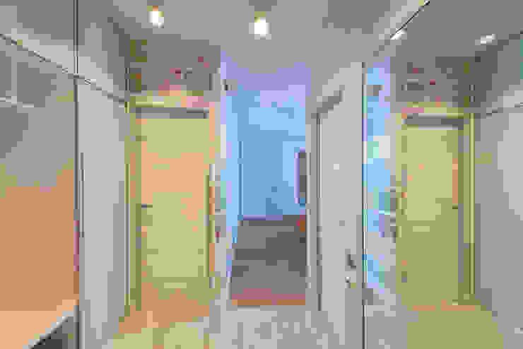 Яркий минимализм D&T Architects Коридор, прихожая и лестница в стиле минимализм