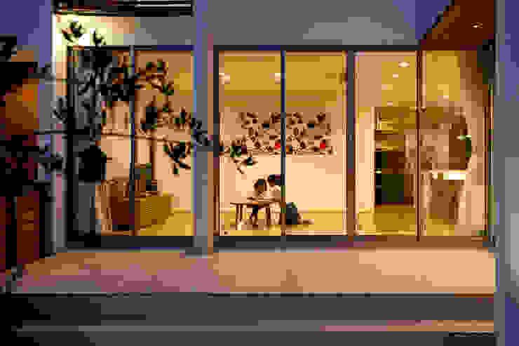 Salas de estar modernas por H建築スタジオ Moderno