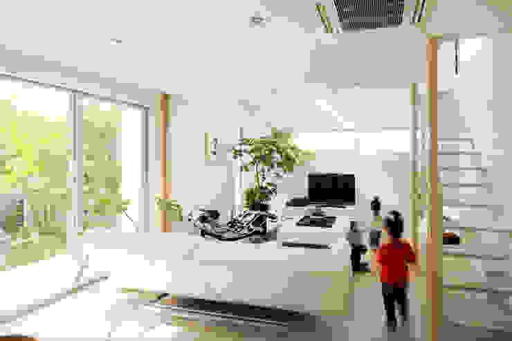 リビング: H建築スタジオが手掛けたリビングです。,モダン