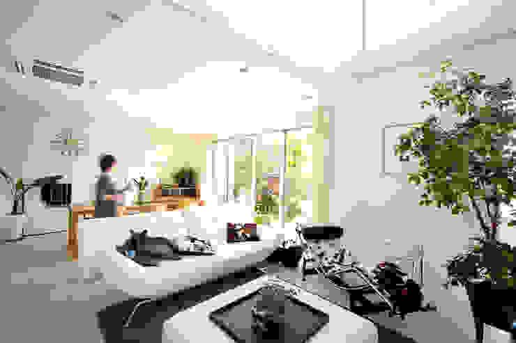 Moderne woonkamers van H建築スタジオ Modern