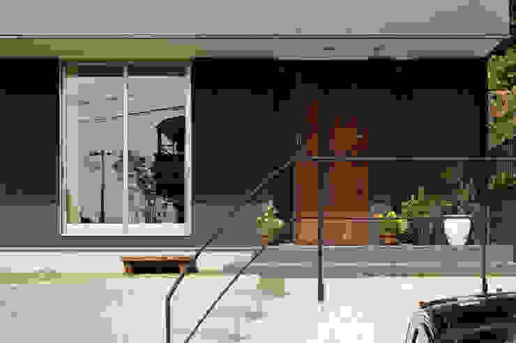 アプローチ モダンな 家 の H建築スタジオ モダン