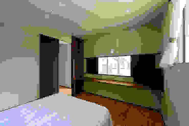 Спальня в стиле модерн от H建築スタジオ Модерн