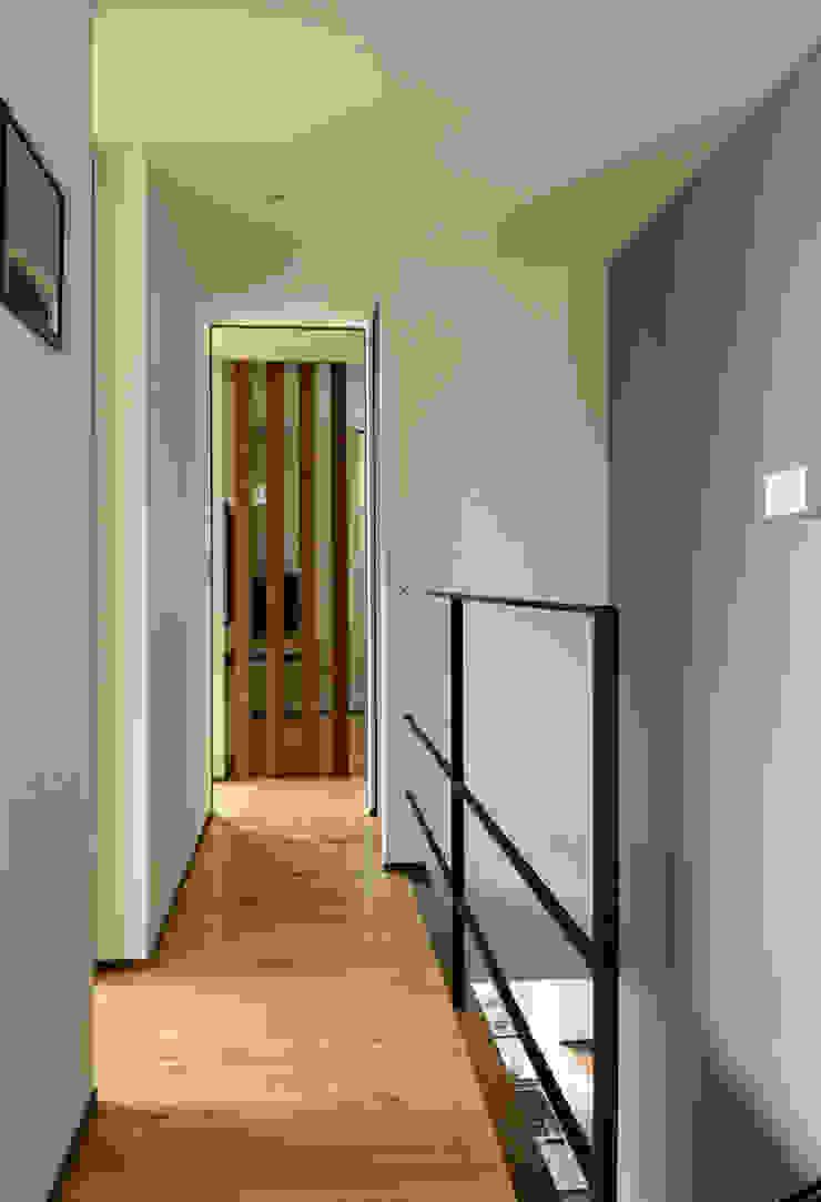 廊下・階段 モダンスタイルの 玄関&廊下&階段 の H建築スタジオ モダン