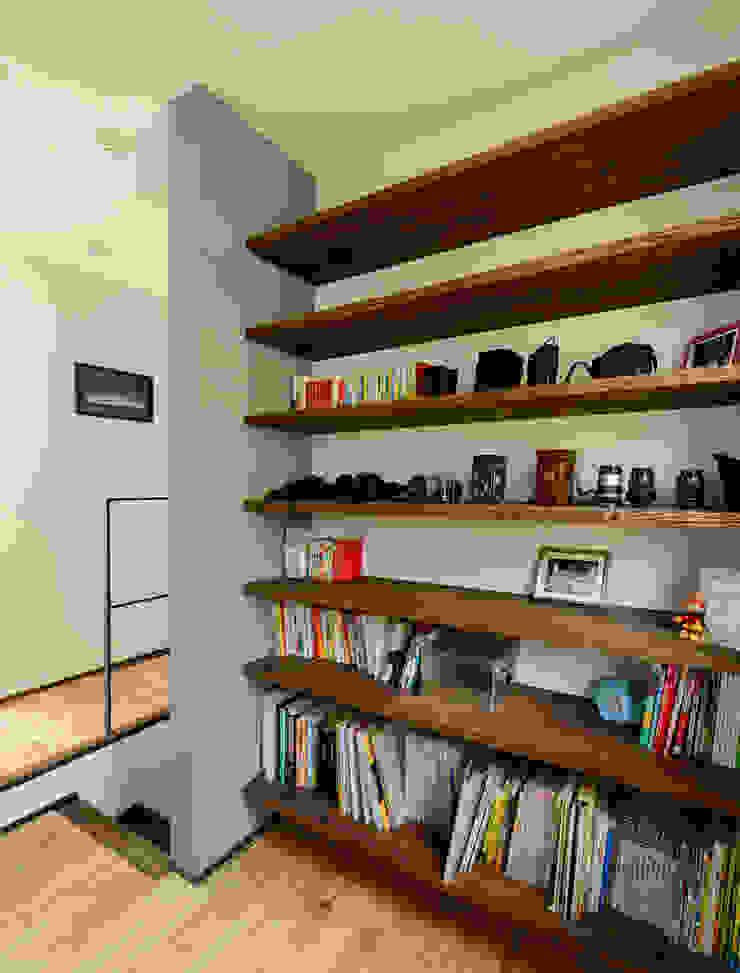 階段横のスペース モダンスタイルの 玄関&廊下&階段 の H建築スタジオ モダン
