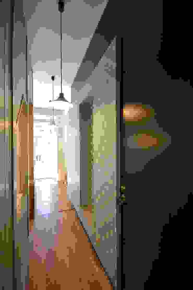 プライベートスペースよりパブリックスペースを見る モダンスタイルの 玄関&廊下&階段 の 戸田晃建築設計事務所 モダン