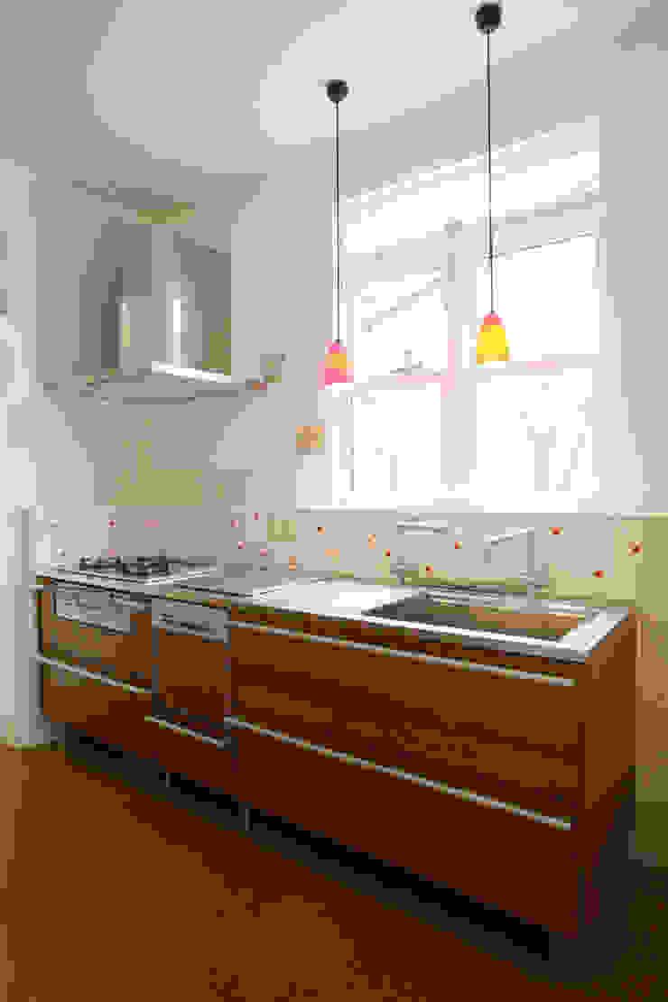 明るく開放的なキッチン カントリーデザインの キッチン の 戸田晃建築設計事務所 カントリー