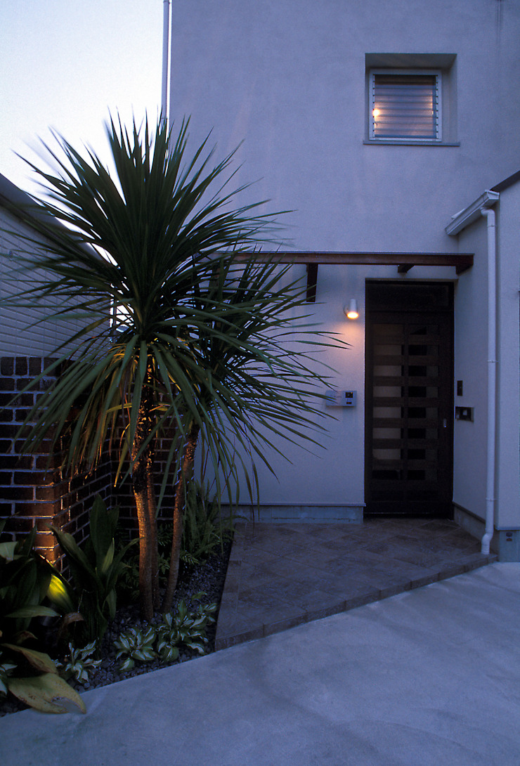 中庭エントランスのある家・・バリ風ハウス トロピカルな 家 の ジェイ石田アソシエイツ トロピカル