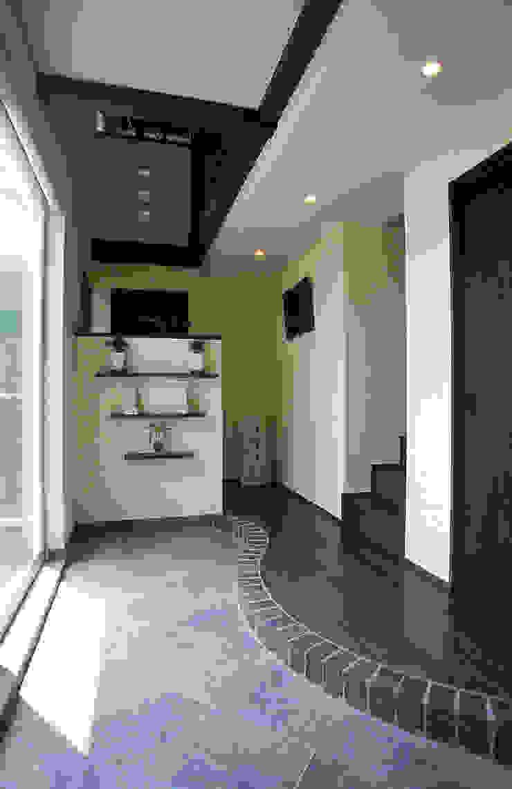 中庭エントランスのある家・・バリ風ハウス: ジェイ石田アソシエイツが手掛けたトロピカルです。,トロピカル