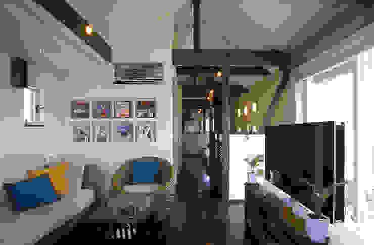 中庭エントランスのある家・・バリ風ハウス トロピカルデザインの リビング の ジェイ石田アソシエイツ トロピカル