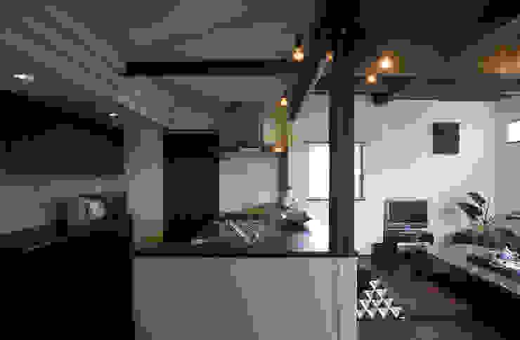 中庭エントランスのある家・・バリ風ハウス 和風の キッチン の ジェイ石田アソシエイツ 和風