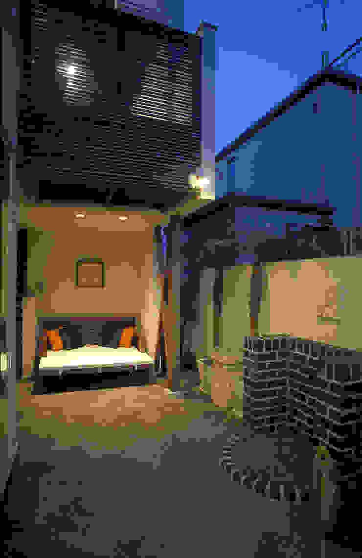 中庭エントランスのある家・・バリ風ハウス トロピカルな 庭 の ジェイ石田アソシエイツ トロピカル