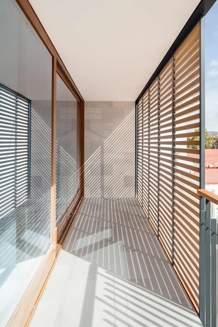 Casa CP minimalist style balcony, porch & terrace by Alventosa Morell Arquitectes Minimalist