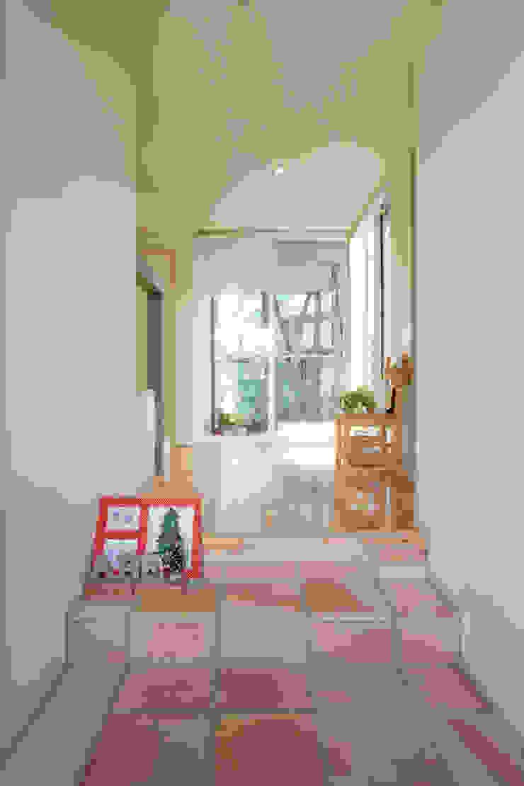 メロディーが囁く家 トロピカルスタイルの 玄関&廊下&階段 の ジェイ石田アソシエイツ トロピカル