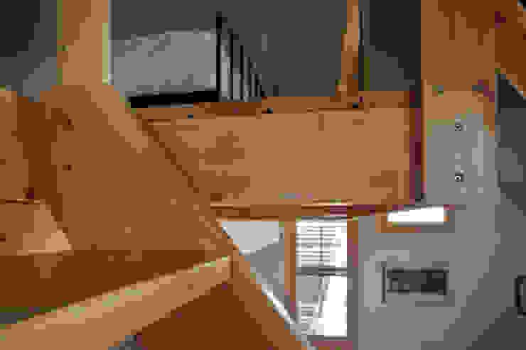 Detalle escalera mobla manufactured architecture scp Dormitorios de estilo rústico