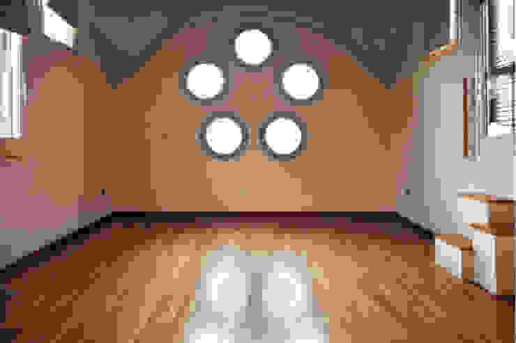 Salón de apartamento en cúpula de edificio mobla manufactured architecture scp Salones de estilo minimalista