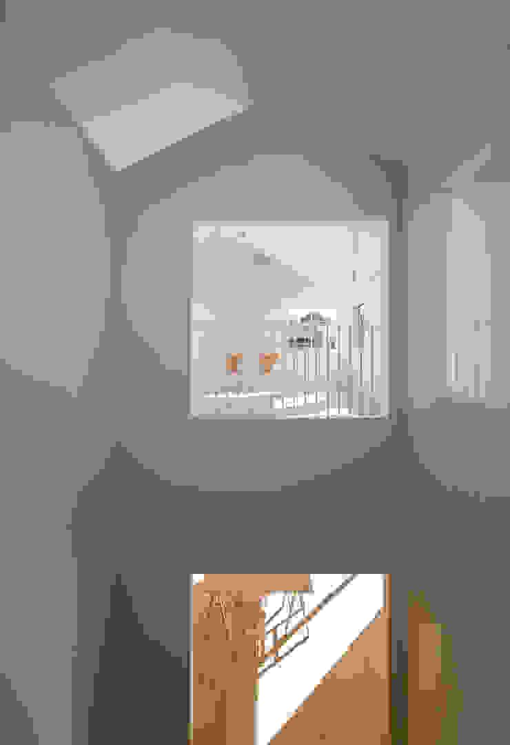 OPEN TO BELOW ミニマルスタイルの 玄関&廊下&階段 の YUCCA design ミニマル