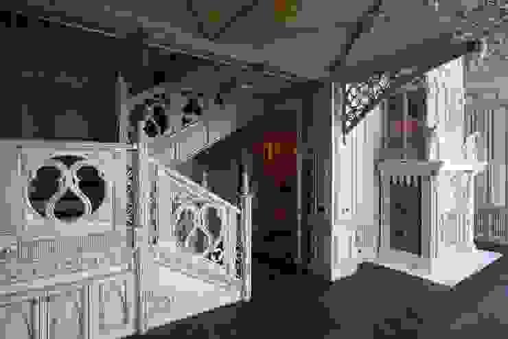Лестница в гостиной:  в современный. Автор – Студия Анны Куликовой и Павла Миронова, Модерн