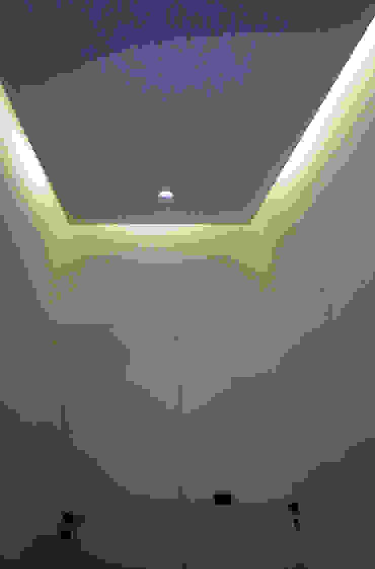 Casa a Corte raffaele iandolo architetto Ingresso, Corridoio & ScaleIlluminazione