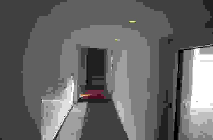Casa a Corte raffaele iandolo architetto Ingresso, Corridoio & Scale in stile moderno