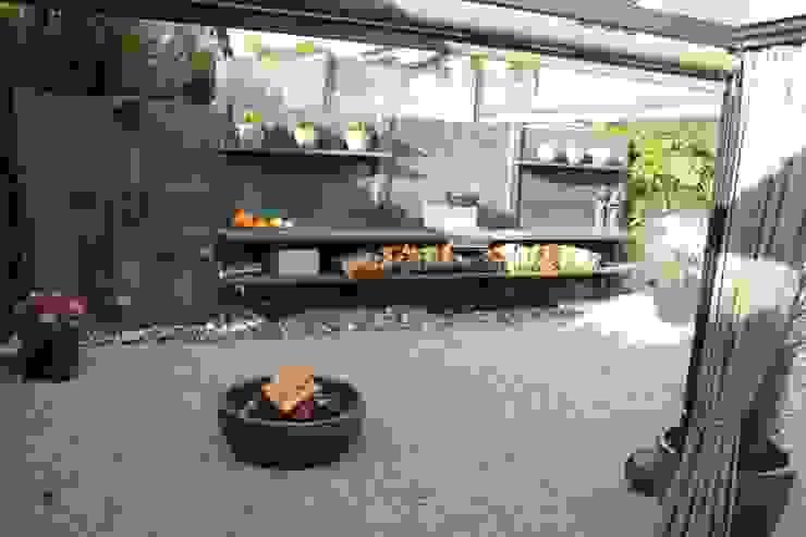 WWOO buitenkeuken met vuurplaats en met douche in het antraciet: modern  door WWOO, Modern