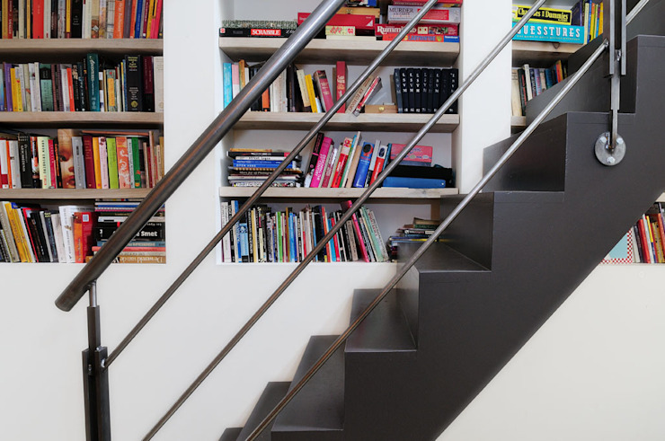 Коридор, прихожая и лестница в модерн стиле от Kodde Architecten bna Модерн