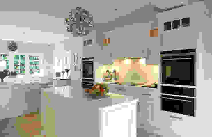 Fresh and bright kitchen Modern kitchen by John Ladbury and Company Modern