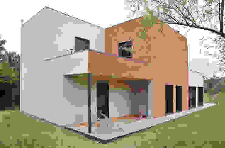 現代房屋設計點子、靈感 & 圖片 根據 Empreinte Constructions bois 現代風