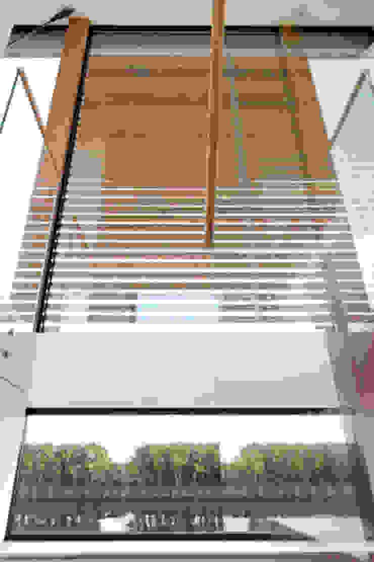 Kodde Architecten bna Corredores, halls e escadas modernos