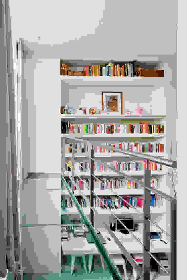 Гостиная в стиле модерн от Kodde Architecten bna Модерн