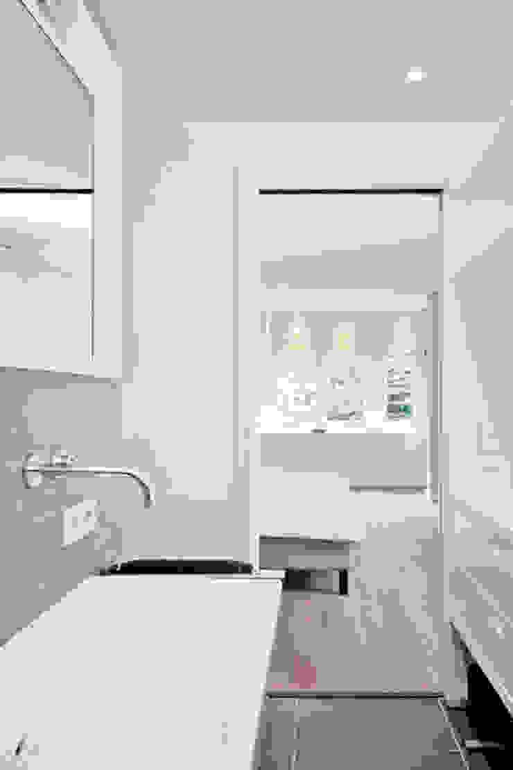 Ванная комната в стиле модерн от Kodde Architecten bna Модерн