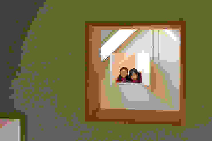 吹抜越しに見える子供室 オリジナルな 窓&ドア の 山本陽一建築設計事務所 オリジナル