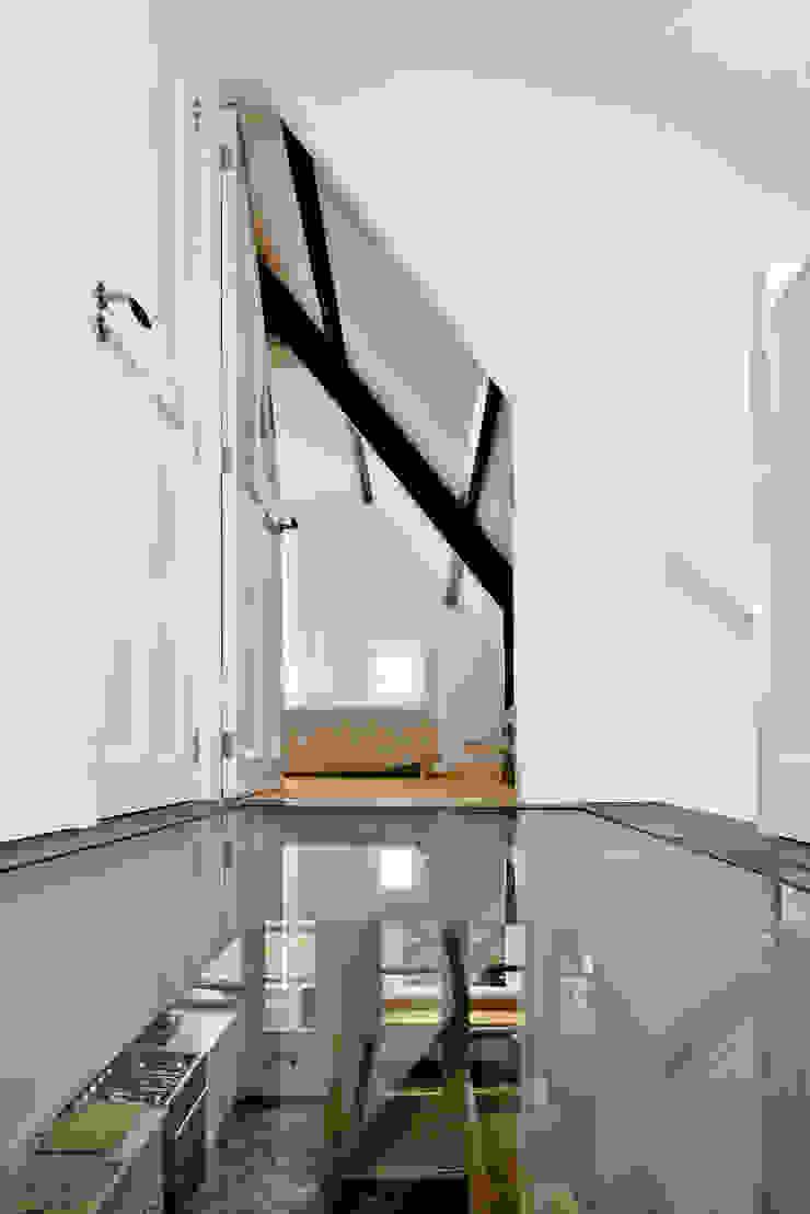 Renovatie appartement te Amsterdam Moderne gangen, hallen & trappenhuizen van Kodde Architecten bna Modern