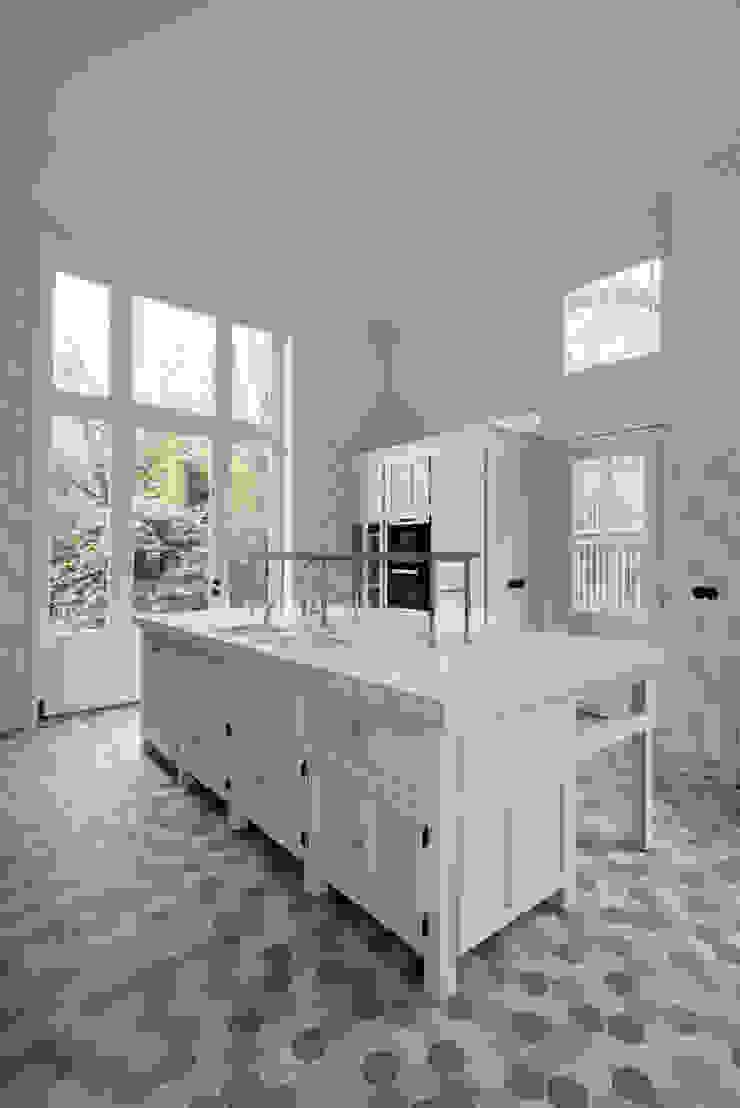 Cozinhas clássicas por Kodde Architecten bna Clássico
