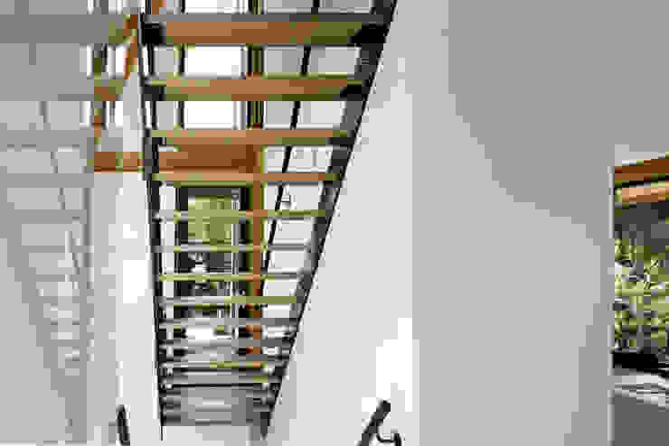 Duinvilla te Monster Moderne gangen, hallen & trappenhuizen van Kodde Architecten bna Modern