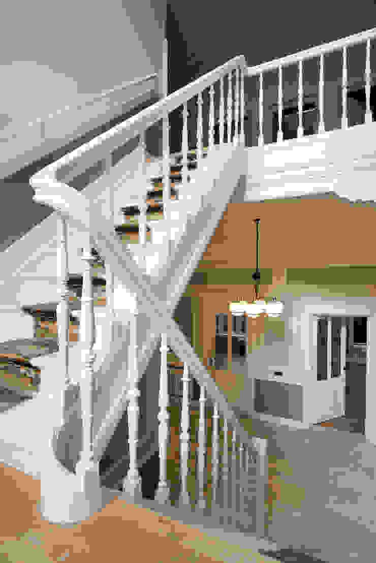 Corredores, halls e escadas clássicos por Kodde Architecten bna Clássico