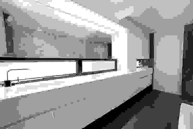 RENOWACJA DOMU W SAI KUNG / HONG KONG Minimalistyczna łazienka od OneByNine Minimalistyczny