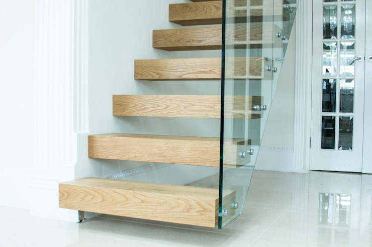 Floating Staircase with Chunky Oak Treads di Railing London Ltd Moderno