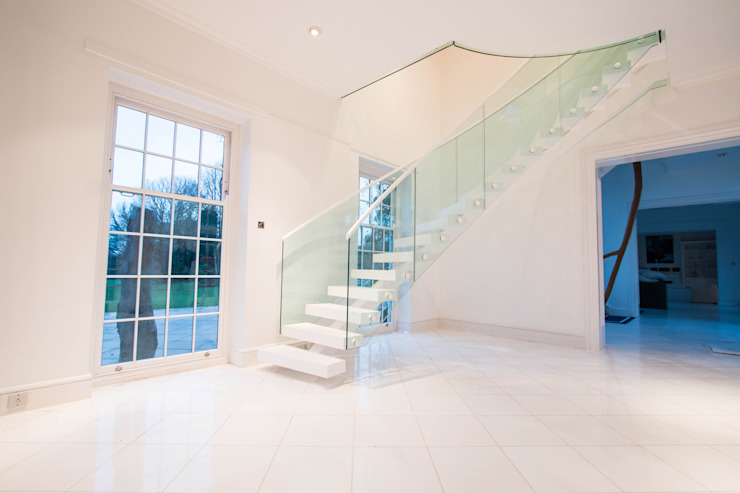 White Modern Middle-spine Staircase od Railing London Ltd Nowoczesny