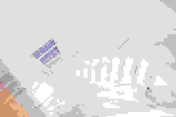 White Modern Middle-spine Staircase: modern  by Railing London Ltd, Modern