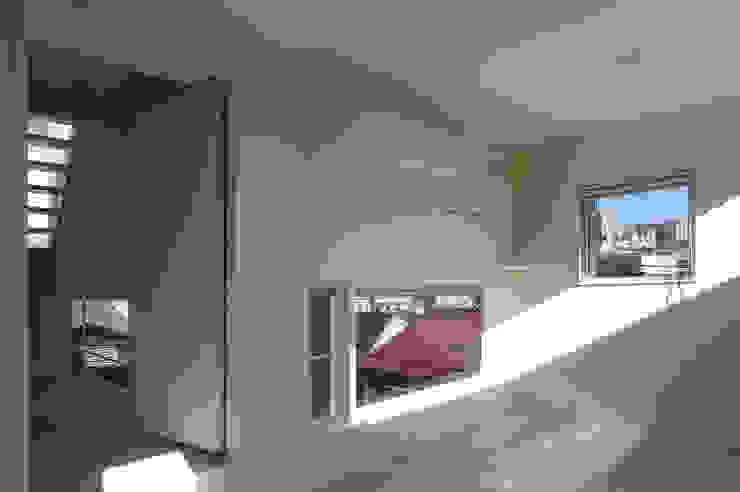 House I Dormitorios infantiles de estilo minimalista de 森吉直剛アトリエ/MORIYOSHI NAOTAKE ATELIER ARCHITECTS Minimalista