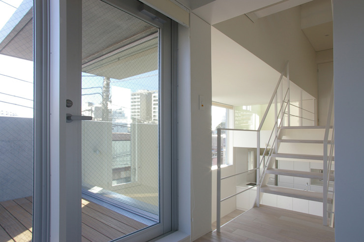 House I minimalist style balcony, porch & terrace by 森吉直剛アトリエ/MORIYOSHI NAOTAKE ATELIER ARCHITECTS Minimalist