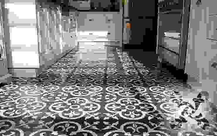 Creative Tiles Ideas Cocinas de estilo clásico de Suelos Hidráulicos Demosaica Clásico
