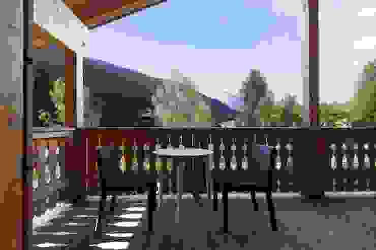 La vista dell'esterno Soggiorno moderno di medeaa Marchetti e De Luca Architetti Associati Moderno