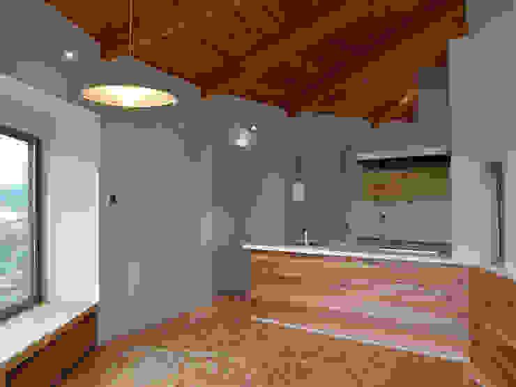 Кухня в стиле кантри от 前見建築計画一級建築士事務所(Fuminori MAEMI architect office) Кантри