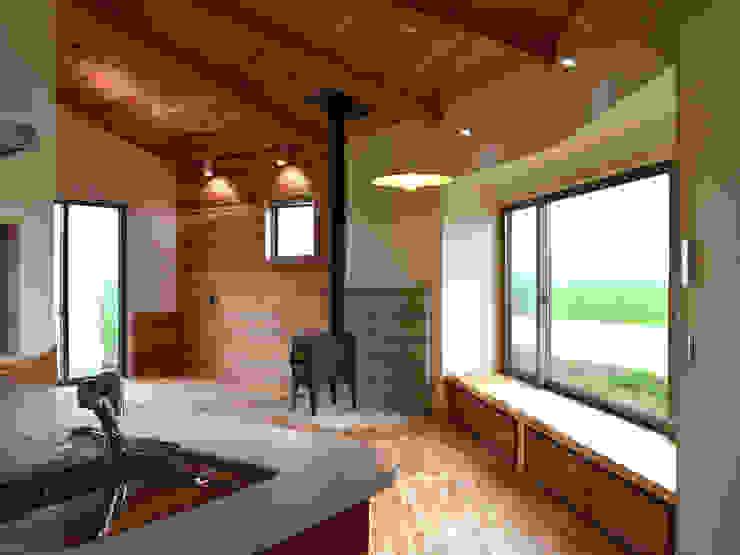 Гостиная в стиле кантри от 前見建築計画一級建築士事務所(Fuminori MAEMI architect office) Кантри