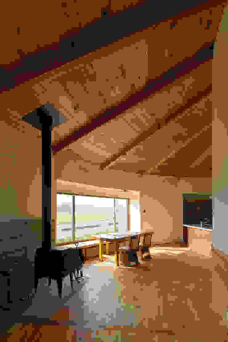 Столовая комната в стиле кантри от 前見建築計画一級建築士事務所(Fuminori MAEMI architect office) Кантри