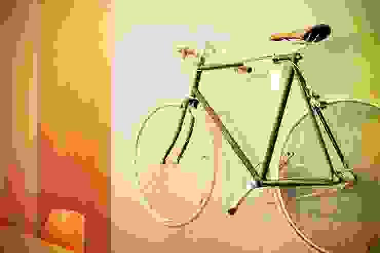 Hang je fiets als een kunstwerk aan de muur: modern  door Deltareference, Modern
