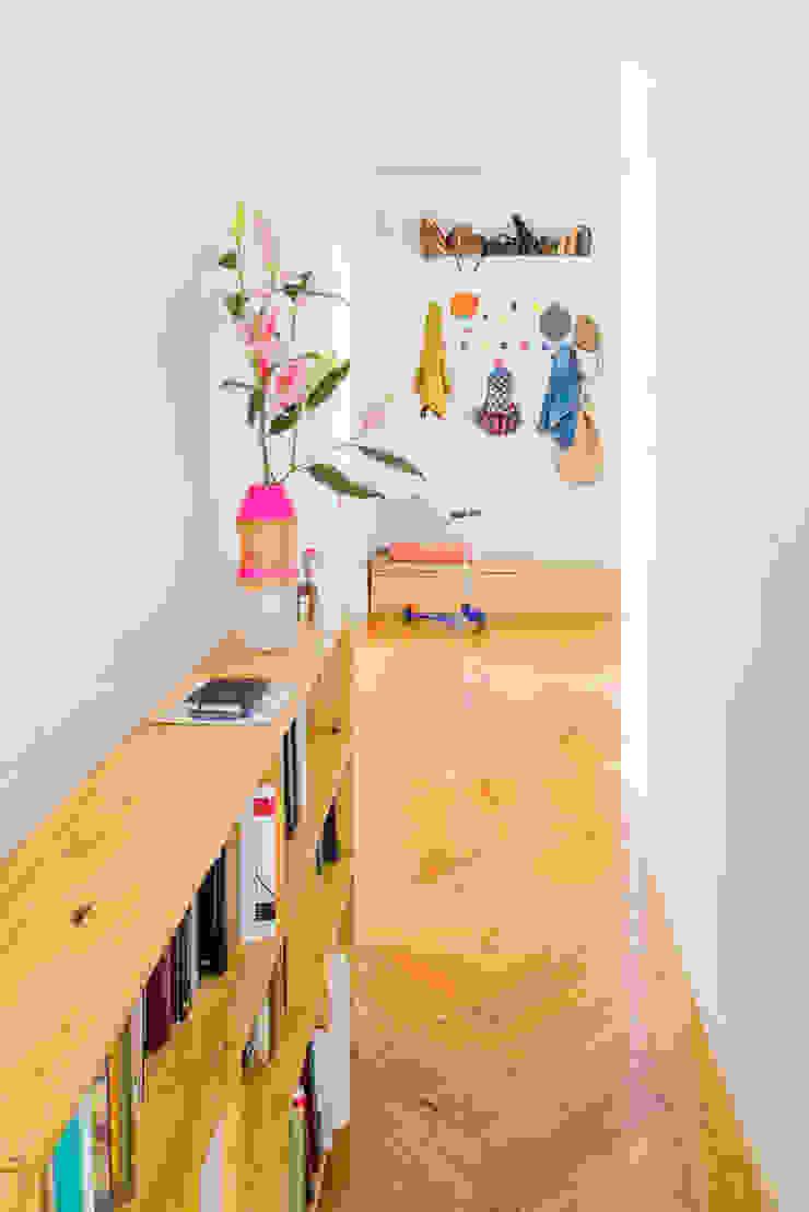 Vivienda zona plaza de Olavide, Madrid Pasillos, vestíbulos y escaleras de estilo escandinavo de nimú equipo de diseño Escandinavo