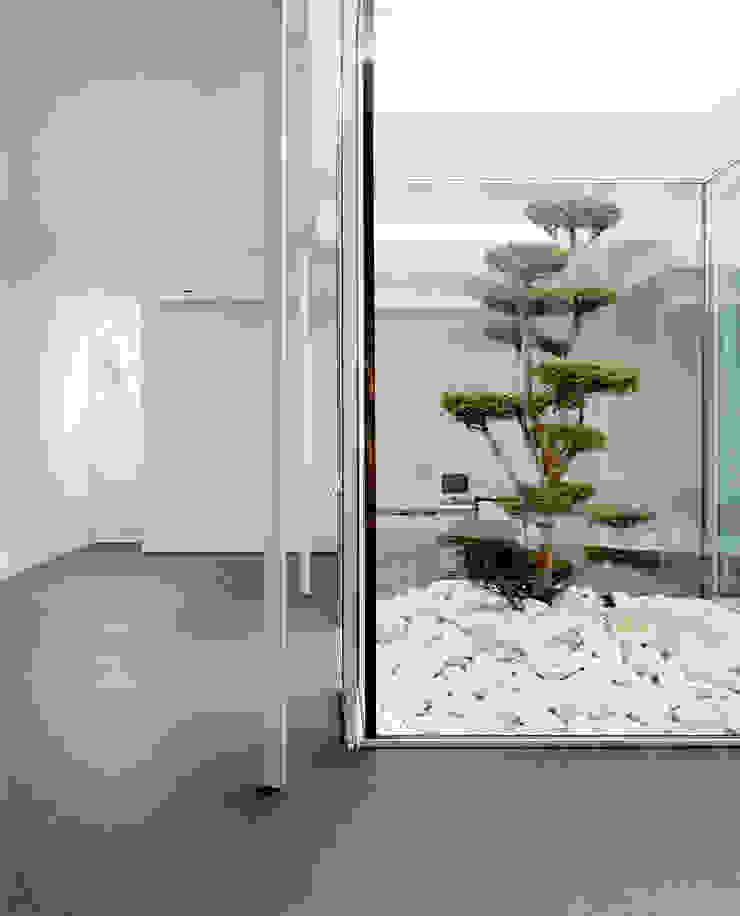 Modern corridor, hallway & stairs by Corneille Uedingslohmann Architekten Modern